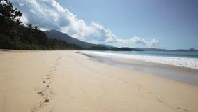 Het strand van Seychellen met blauwe oceaanmening stock videobeelden