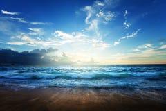 Het strand van Seychellen in zonsondergangtijd Royalty-vrije Stock Foto's