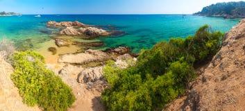 Het Strand van Spanje De toevluchtstrand van Costa Brava Rotsen in zandig strand Cala Treumal en Santa Cristina in Lloret de Mar royalty-vrije stock afbeeldingen