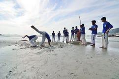 Het STRAND van TELUK CEMPEDAK, KUANTAN, PAHANG 1 MEI 2013 - Echte capoeiraprestaties bij het strand van Teluk Cempedak, Kuantan, P Stock Foto's