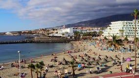 Het strand van Tenerife, Adeje Spanje met mensen stock footage
