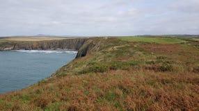 Het strand van Traethllyfn tussen Porthgain en Abereiddi Pembrokeshirekust Stock Fotografie
