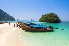 Het strand van het Tupeiland tussen Phuket en Krabi in Thailand Stock Foto's