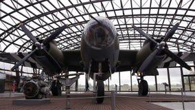 HET STRAND VAN UTAH, FRANKRIJK - AUGUSTUS 15 2018: B26 bommenwerpersvliegtuig bij het museum van de het Strandd-dag van Utah stock video