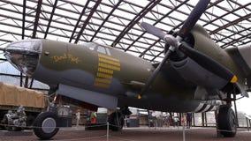 HET STRAND VAN UTAH, FRANKRIJK - AUGUSTUS 15 2018: Bommenwerpersvliegtuig bij het museum van de het Strandd-dag van Utah stock footage