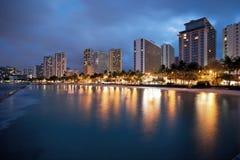 Het Strand van Waikiki bij nacht Stock Afbeeldingen