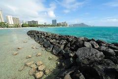 Het strand van Waikiki met diamanthoofd stock fotografie
