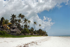 Het strand van Zanzibar tegen dag royalty-vrije stock afbeeldingen