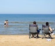 Het stranddag van de familie Stock Afbeeldingen