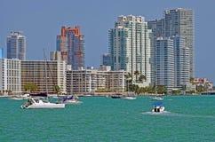 Het Strandflatgebouwen met koopflats die van Miami Biscayne-Baai overzien Royalty-vrije Stock Fotografie