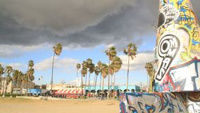 Het Strandkunstwerk van Venetië als onweersbewegingen in timelapse stock footage