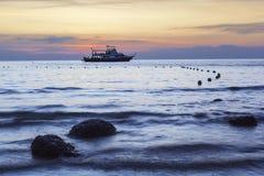 Het strandlandschap van de zonsondergang Stock Afbeelding
