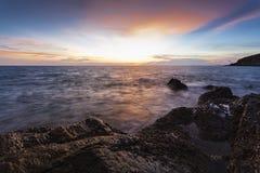 Het strandlandschap van de zonsondergang Stock Foto's