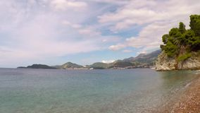Het strandlandschap van Svetistefan stock video
