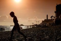 Het strandleven op een stedelijk strand in Salvador de Bahia, Brazilië enkel B stock fotografie