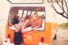 Het Strandlevensstijl van surfermeisjes Stock Foto