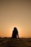 Het strandmeisje van het silhouet stock afbeeldingen