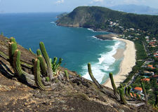 Het strandmening van Itacoatiara van de bovenkant van de Berg Costao Royalty-vrije Stock Afbeeldingen