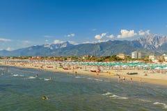 Het strandmening van jachthavendi pietrasanta stock foto