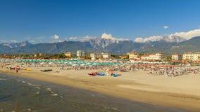 Het strandmening van jachthavendi pietrasanta stock foto's