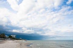 Het strandonweer is komende bewolking royalty-vrije stock foto