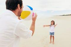 Het strandpret van de familie Stock Foto's