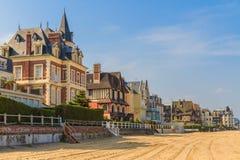 Het strandpromenade van Trouville sur Mer, Normandië Stock Foto's