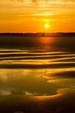 Het Strandsilhouet van zonsondergangholden stock afbeeldingen