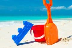 Het strandspeelgoed van het de zomerjonge geitje in het witte zand Royalty-vrije Stock Afbeeldingen