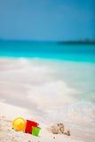 Het strandspeelgoed van het de zomerjonge geitje in wit zandig strand Stock Afbeelding