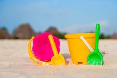 Het strandspeelgoed van het jonge geitje op wit zandig strand Royalty-vrije Stock Fotografie