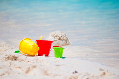 Het strandspeelgoed van het jonge geitje op wit zandig strand Stock Foto's