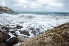 Het strandwhit van Spanje golven Stock Afbeeldingen