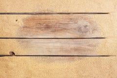 Het strandzand op wijnoogst planked houten achtergrond Stock Afbeelding