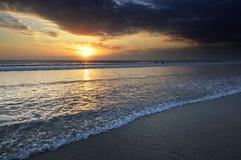Het strandzonsondergang van Kuta Stock Afbeeldingen