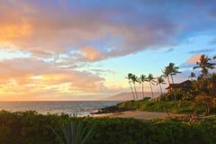 Het strandzonsondergang van Maui stock afbeeldingen
