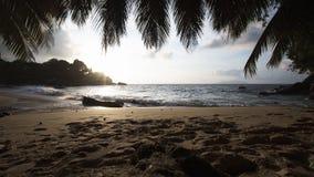 Het strandzonsondergang van Seychellen met blauwe oceaanmening stock footage