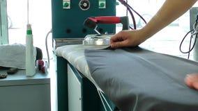 Het strijken in Chemisch reinigenwinkel stock footage