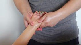 Het strijken massage van handen dicht omhoog stock footage