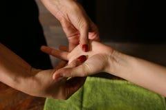 Het strijken massage van handen dicht omhoog Stock Afbeeldingen
