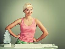 Het strijken van de vrouw kleren Stock Foto