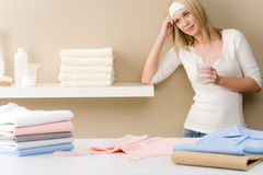 Het strijken van de wasserij - vrouwenonderbreking met drank Stock Foto's