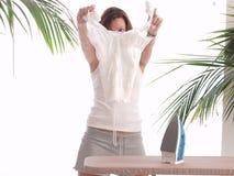 Het strijken van een blouse Royalty-vrije Stock Afbeeldingen