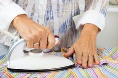 Het strijken van het meisje kleren Royalty-vrije Stock Fotografie