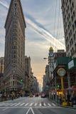Het Strijkijzer die op een bezige Zaterdag avond in Manhattan voortbouwen, N Royalty-vrije Stock Foto