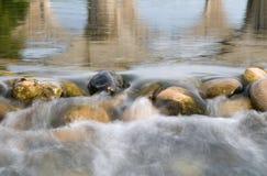 Het stromen van het water Stock Afbeeldingen