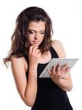 Het studentenmeisje die een tablet houden verwerkt gegevens Stock Afbeeldingen