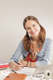 Het studentenmeisje met een kleine hond Stock Foto's