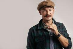 Het studioportret van Kaukasisch moustached de mens op GLB-het spelen harmonika stock foto's