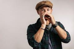 Het studioportret van Kaukasisch moustached de mens op GLB-het spelen harmonika royalty-vrije stock afbeelding